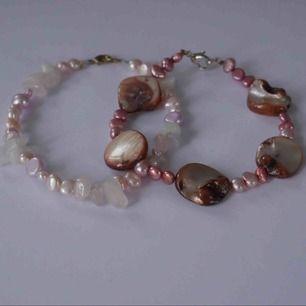 Armband med rosa stenar