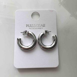 Helt oanvända örhängen från pull&bear. Superfina men trodde att dom skulle vara mindre. Nypris: 100kr Frakt står köparen för. Betalning sker via swish!