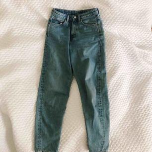 Jeans från Weekday i modellen Lash. W 28 & L 32. Använda fåtal gånger, nypris 500kr. Pris inklusive frakt 💫