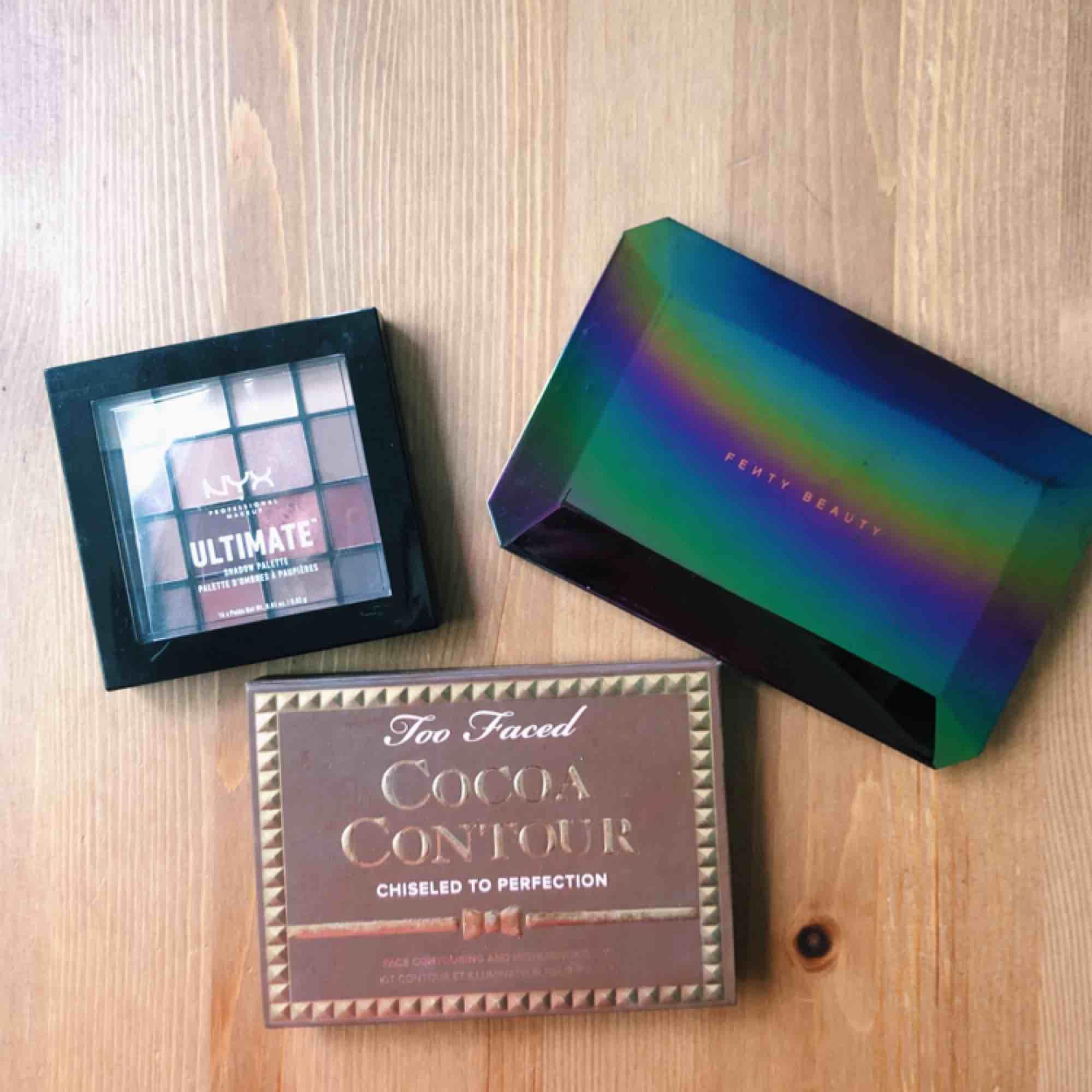 Galaxy Palette från Fenty 150 kr (SÅLD)  Ögonskugga från Nyx 60 kr Cocoa Countour Palette från Too Faced 100 kr Produkterna sparsamt använda, 💕. Övrigt.