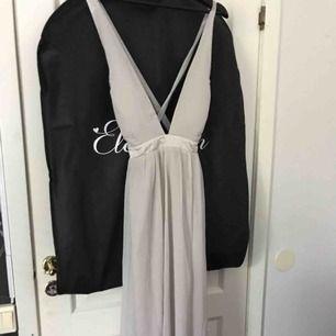 Superfin lång grå balklänning med sidenband och knytning där ban, säljes pga för stor för mig:(