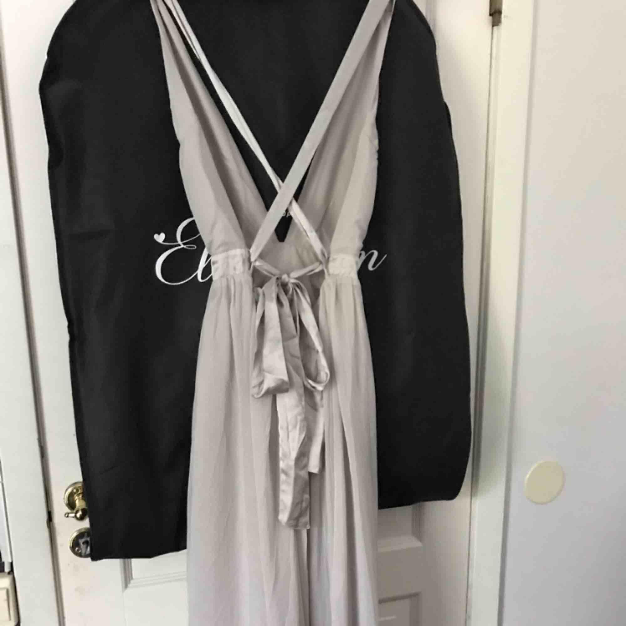 Superfin lång grå balklänning med sidenband och knytning där ban, säljes pga för stor för mig:( . Klänningar.