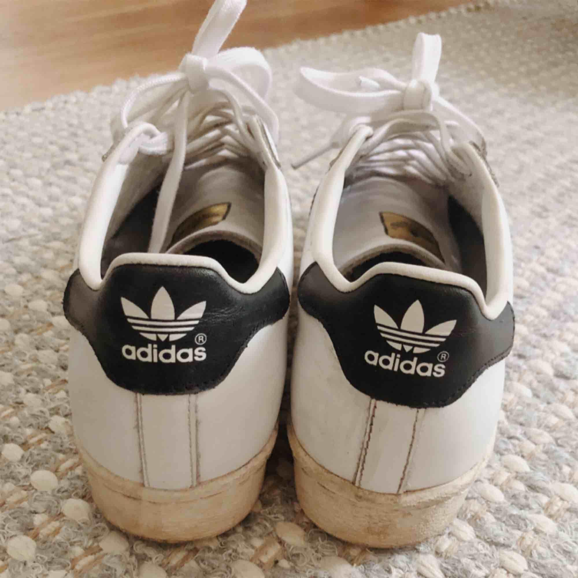 Adidas Superstars Retro, storlek 39 1/3, sparsamt använda. Pris inklusive frakt 💕. Skor.