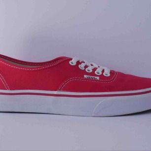Röd vans sko som använts 2 gånger. Är i fint skick och fås i orginalkartong. Strl 39