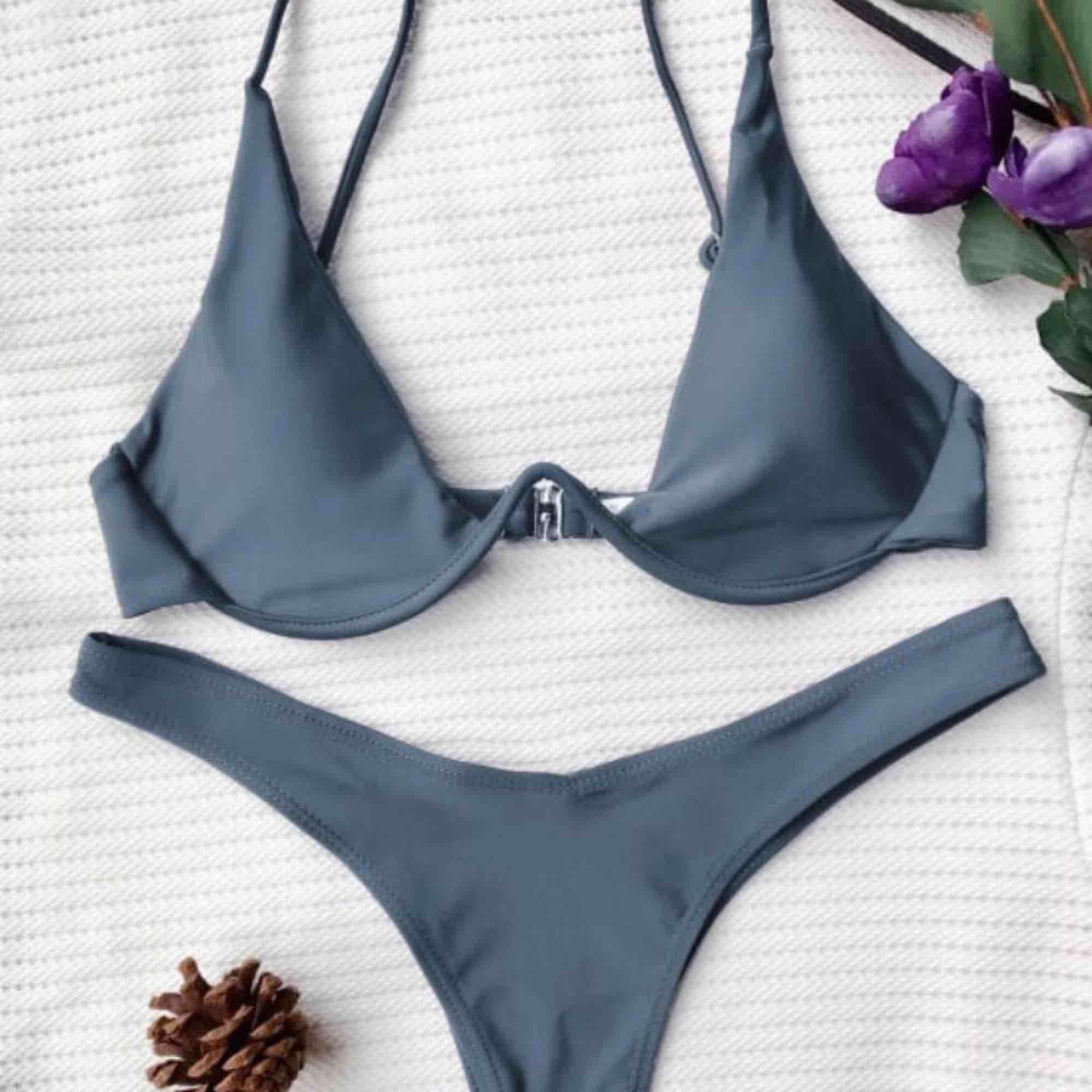 (Överdelen är prövad (ej använd) byxorna helt oanvända. Bikini  👙Hur är den i storleken?👙 Underdelen är som en vanlig M och överdelen S enligt mig🌸  Frakt tillkommer - 40kr . Accessoarer.