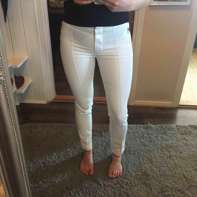 Jättefina kostym byxor från zara.  Sitter väldigt bekvämt och snyggt på.  Använda fåtal gånger . Jeans & Byxor.