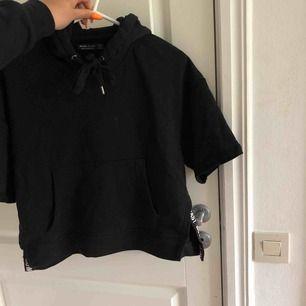 En as snygg t-shirts hoodie!  Den är liten i storleken och passar som en oversize till personer med S! Annars är den mer som en M! Säljer pga kommer inte till användning, jag köpe den för 149kr