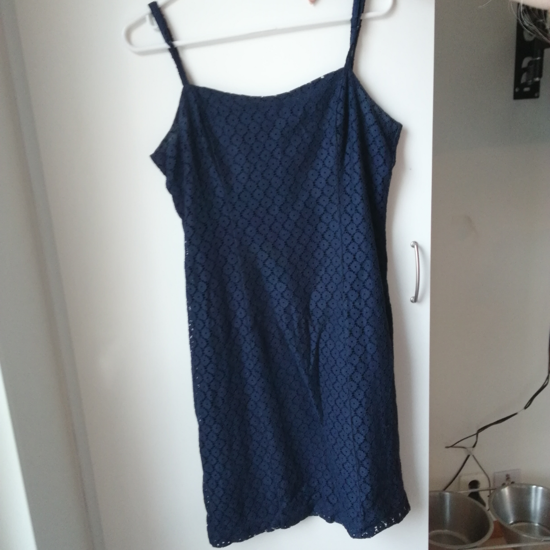 Mörkblå klänning med osynlig dragkedja i ryggen. Jättefin och somrig! . Klänningar.