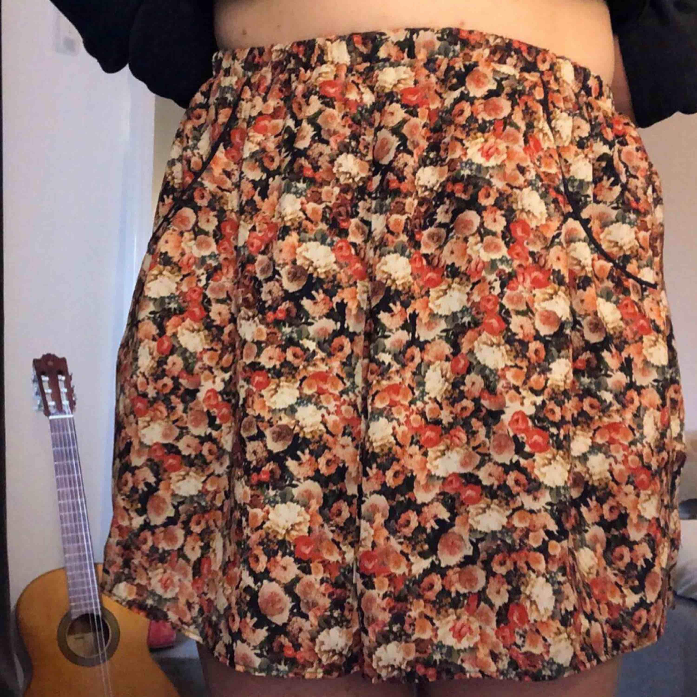 Blommig kjol från Esprit, 2 fickor i fram och väldigt bekväm. Kjolar.