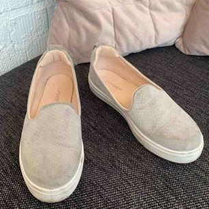 Bekväma skor. Använda lite. Kommer tvättas ordentligt innan de skickas.  Är 36or men är små i storleken. Så skriver dem som 35.   Frakt tillkommer. Kan mötas upp i Malmö