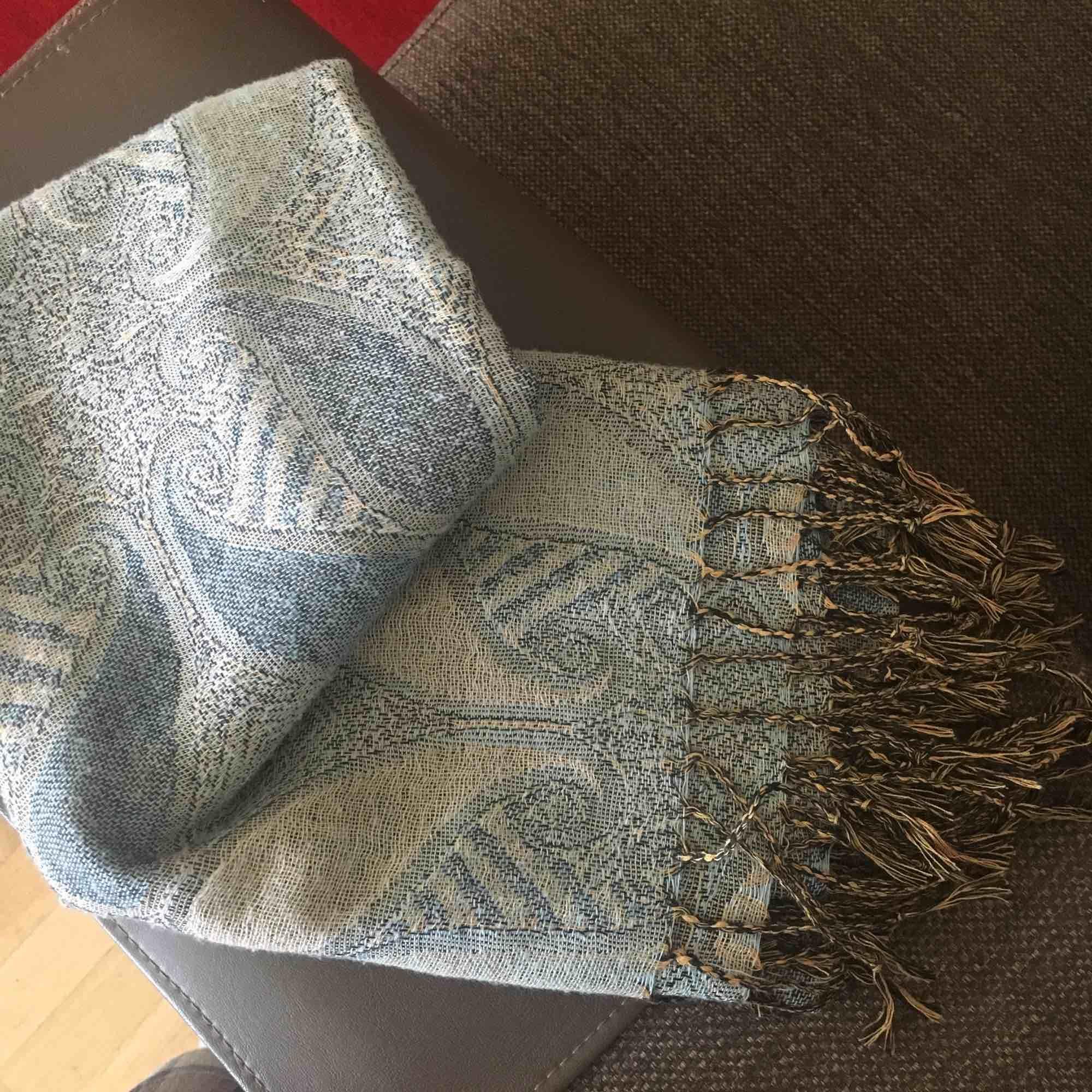 Stor sjal/ halsduk i jättefint mönster! Köpt i turkiet 🌟. Accessoarer.