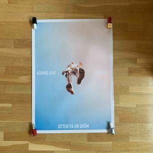 Affisch med Daniel Adams-Ray och Oskar Linnros. En aning nött i kanterna, annars fint skick! Möts gärna upp i Stockholm, annars står köparen för frakt