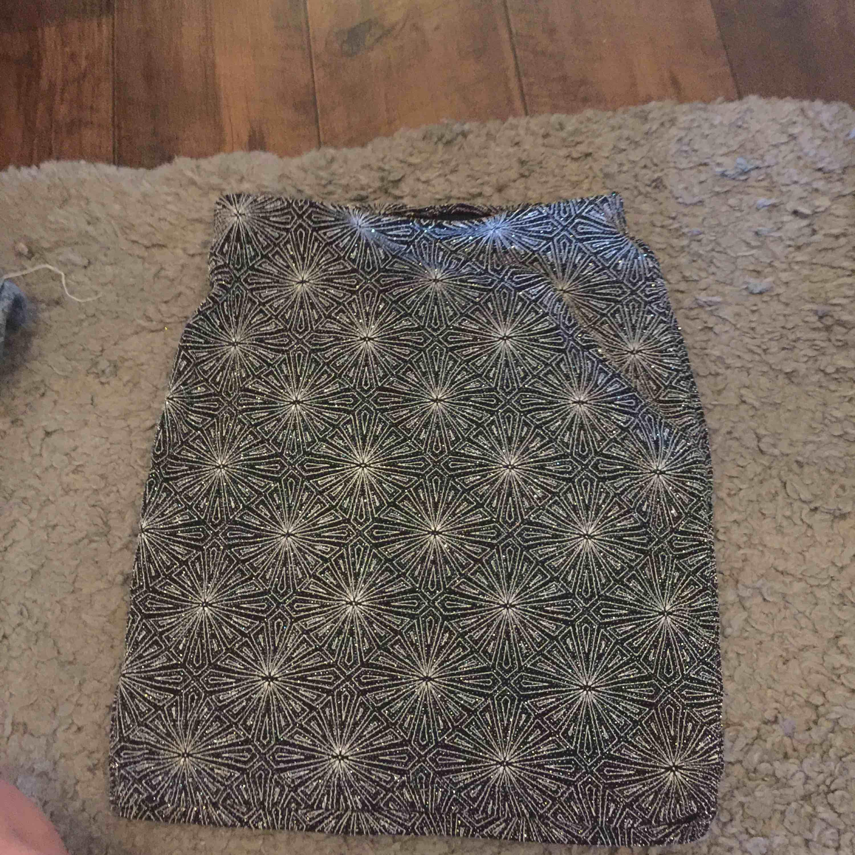 Fin stretchig kjol från hm  Aldrig använd  Fina glittriga detaljer . Kjolar.