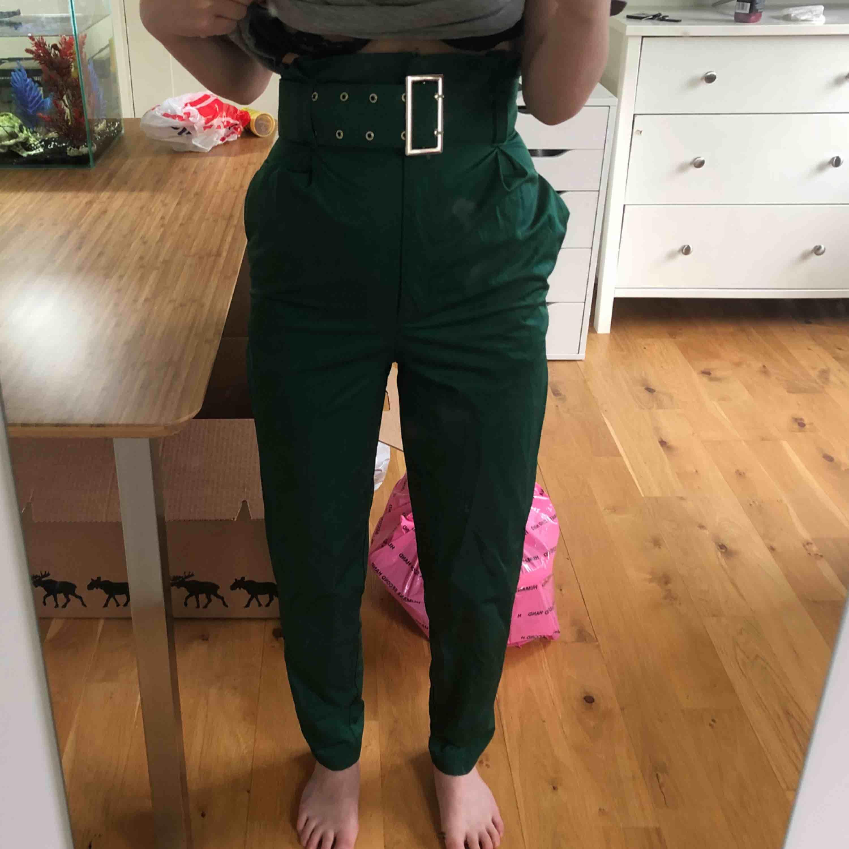 Jättefina oanvända HIGH waisted byxor. Kostymbyxematerial. Bältet ingår!. Jeans & Byxor.