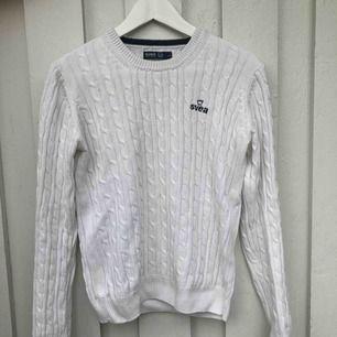 En vit Svea tröja som är sparsamt använd. Det står storlek Large på tröjan men är en Medium skulle jag säga. Köparen står för frakt