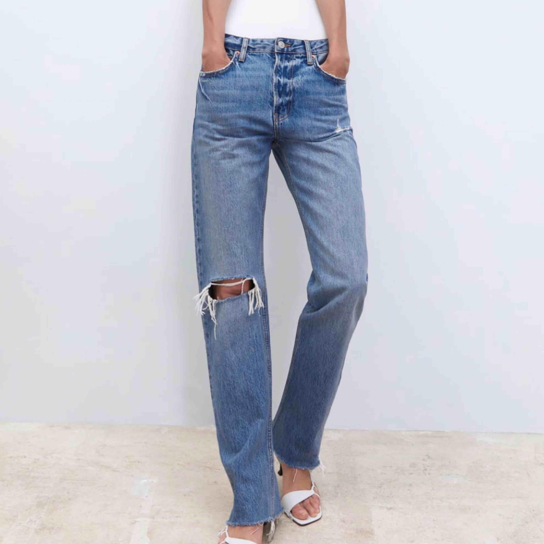 SVINSNYGGA jeans från Zara !!!!!! Beställde hem De från hemsidan men de var för små för runt midjan men wow va snygga de är!! Dessutom slutsålda överrallt!. Jeans & Byxor.