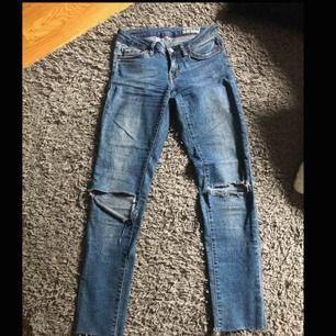 Lågmidjade jeans från Crocker. Klippta nedtill efter min längd ( 1.60 ). 24 i midjan vilket motsvarar XS. Frakten står köparen för :)