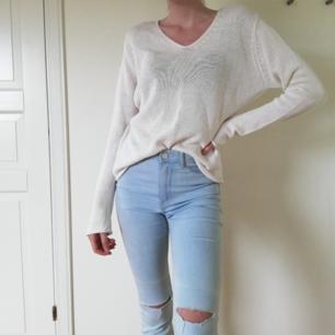Stickad vit tröja perfekt till sommarkvällar. Står XL i den men jag brukar bära S så uppskattar denna till M. Även jeansen är till salu, dm vid frågor🌹