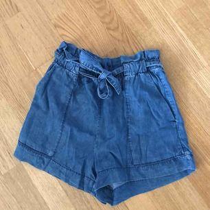 Högmidjade jeansshorts m. knytning framtill. Använda väldigt få gånger och är i fint skick!✨