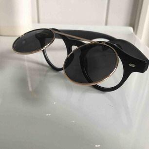 """Coola solbrillor till sommaren med """"uppfällbar del"""" (se bilder) ☀️ tar endast swish och frakt ingår i priset 🌿 (ena sidan av uppfällbara delen står ut mer än den andra, se bild 2, dock märks det ej av när de används)"""
