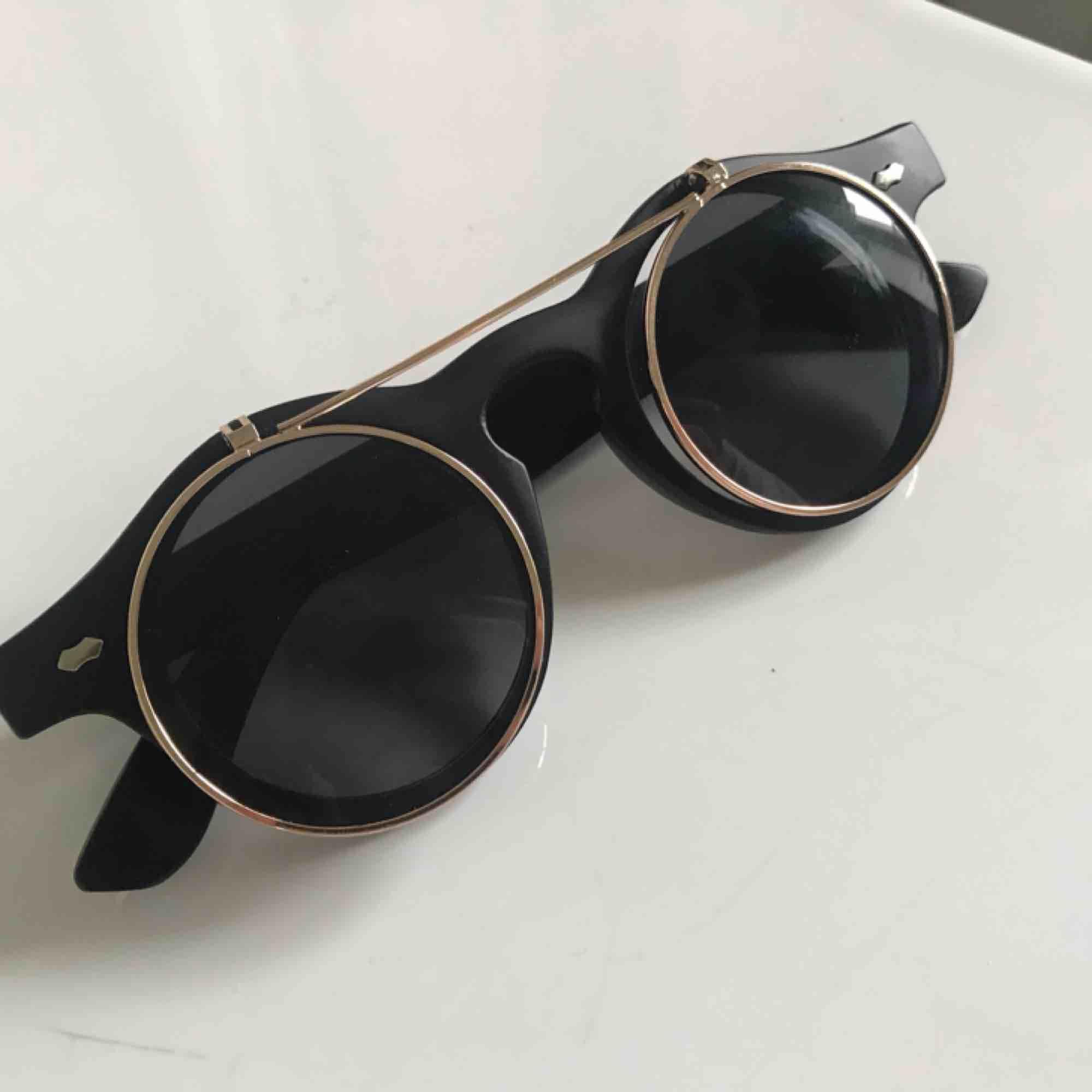 """Coola solbrillor till sommaren med """"uppfällbar del"""" (se bilder) ☀️ tar endast swish och frakt ingår i priset 🌿 (ena sidan av uppfällbara delen står ut mer än den andra, se bild 2, dock märks det ej av när de används). Accessoarer."""