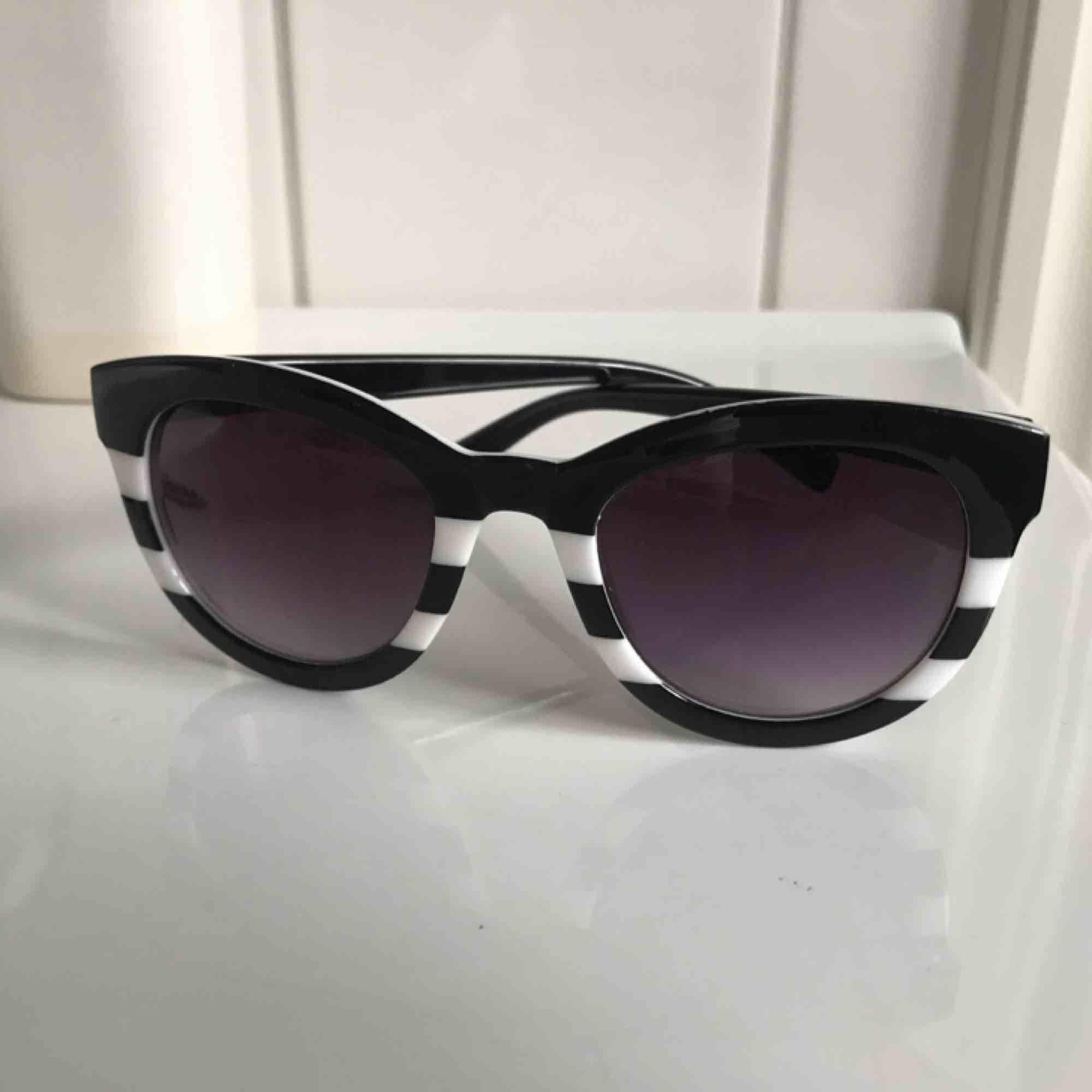 Cateye solglasögon till salu! Skitsnygga till allt och alla outfits 👌🏻💕 tar endast swish, frakt ingår i priset !!. Accessoarer.