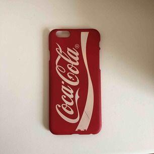 Mobilskal för IPhone 6/6s med Coca-Cola loggan, lite slitet, jag köpte de för 35kr