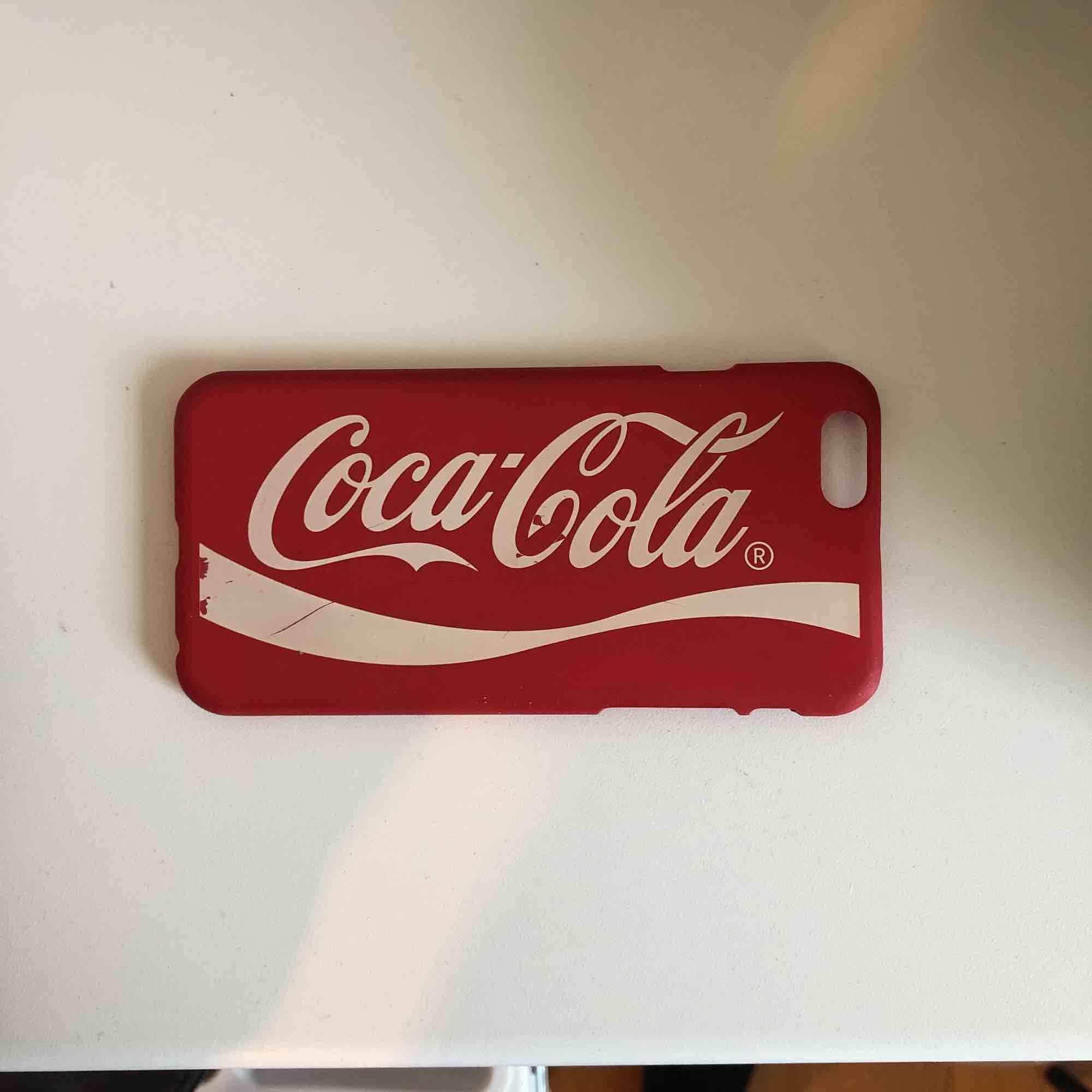Mobilskal för IPhone 6/6s med Coca-Cola loggan, lite slitet, jag köpte de för 35kr . Övrigt.