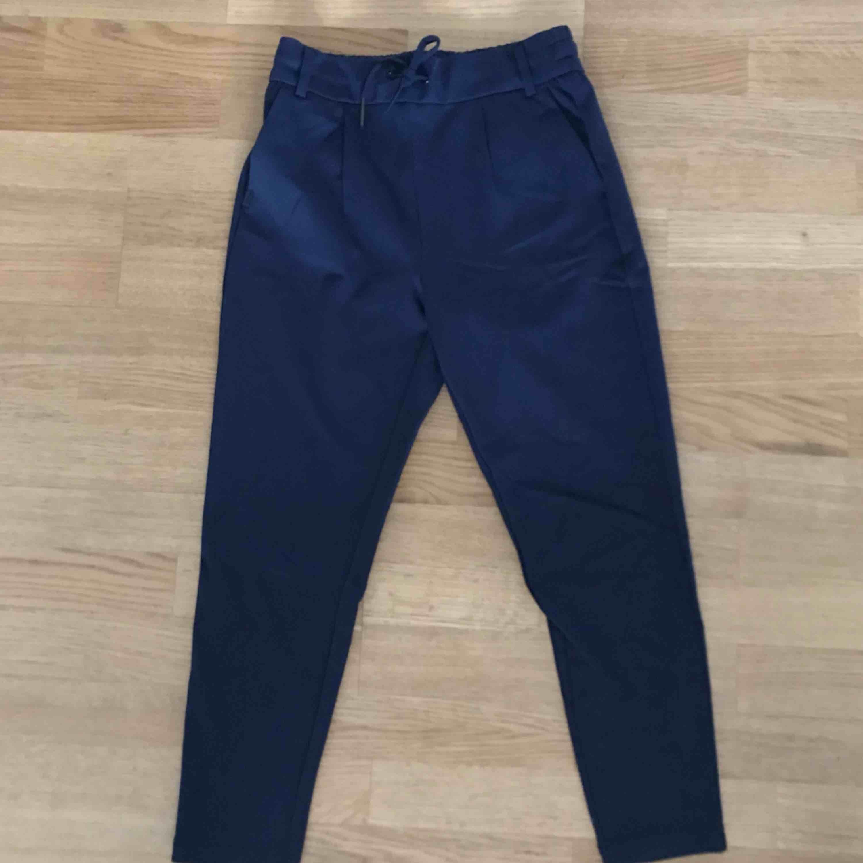 Perfekta mörkblå kostym-liknande byxor från Vero Moda. Byxorna har snörning fram och två fickor bak. Byxorna är aldrig använd pga. att dom är för korta för mig (är 175cm)💫. Jeans & Byxor.