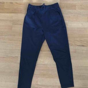 Perfekta mörkblå kostym-liknande byxor från Vero Moda. Byxorna har snörning fram och två fickor bak. Byxorna är aldrig använd pga. att dom är för korta för mig (är 175cm)💫