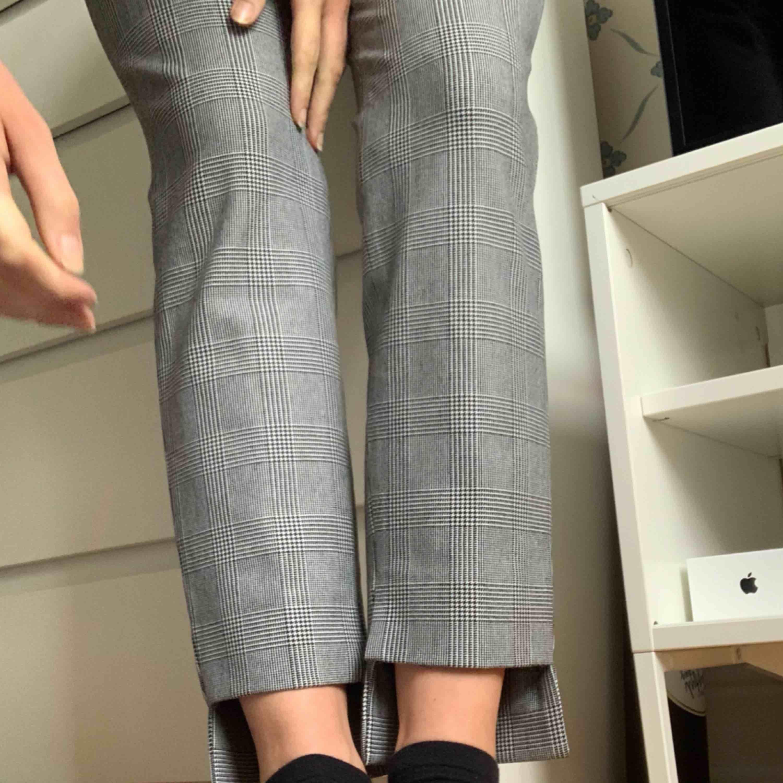 (Repostar dessa byxor)💜 bättre bilder på rutiga kostymbyxor från Zara. Jag är 166cm lång och såhär sitter dom på mig. Fint skick! Mötes upp i Sthlm eller skickas med M-paket med Posten.. Jeans & Byxor.