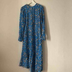 Superfin klänning som är köpt här på plick, men aldrig använd. Kan mötas upp i Gbg annars, tillkommer frakt✨