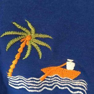 Assnygg oversized t-shirt med beach-motiv. Färgen är sol på första bilden. Står S men passar XS-XL beroende på hur man vill att den ska sitta:)) skickar gärna fler bilder (pris kan diskuteras vid snabb affär)