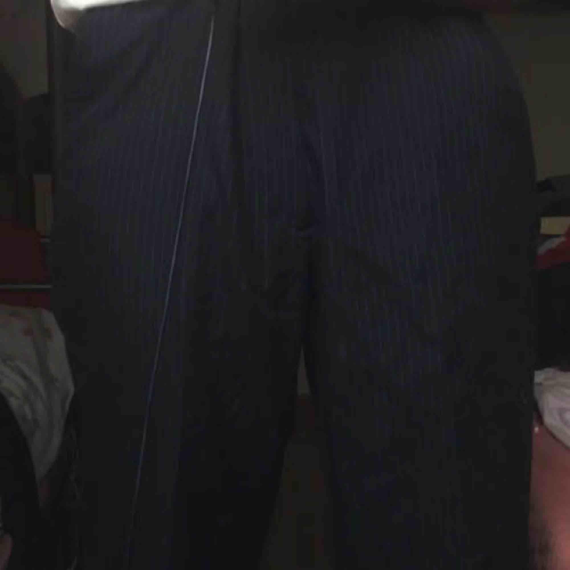 Säljer dessa marinblåa kostymbyxor, de e vita ränder💙🦋 köpta på beyond retro men är för stora i midjan så jag säljer dom:/ priset går att diskuteras💗. Jeans & Byxor.