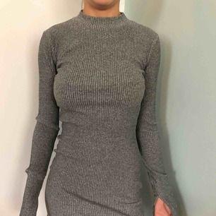 Grå tight klänning från Gina tricot XS split i slutet på ärmar
