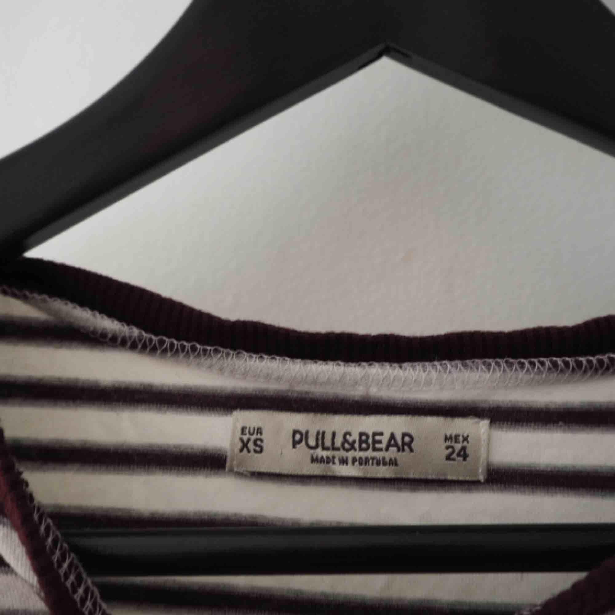Tisha från Pull&Bear i rom, as skönt material, lite tunnare liksom, nyskick! Möts upp i Gbg eller fraktar:). T-shirts.