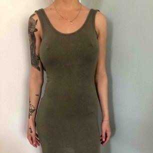 Tight grön klänning djup rygg från boohoo 32 60kr