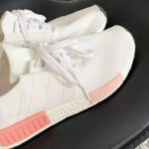 Adidas NMDs storlek 40,5  Använda typ 3 ggr✨ 300kr pga det blivit en liten fläck där framme på en av skorna som man ser lite svagt på första bilden✨