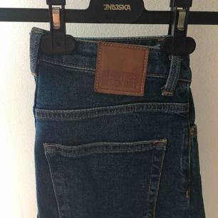 Lite kortare jeans från weekday, jättesköna med lite stretch🤩 Nyskick, möts upp eller skickar mot kostnad