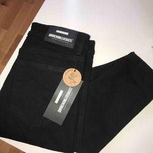 Helt nya och helt oanvända svarta jeans ifrån DrDenim