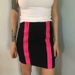 Kjol från mobil mjukt svart material med rosa dragkedjor XS 50kr
