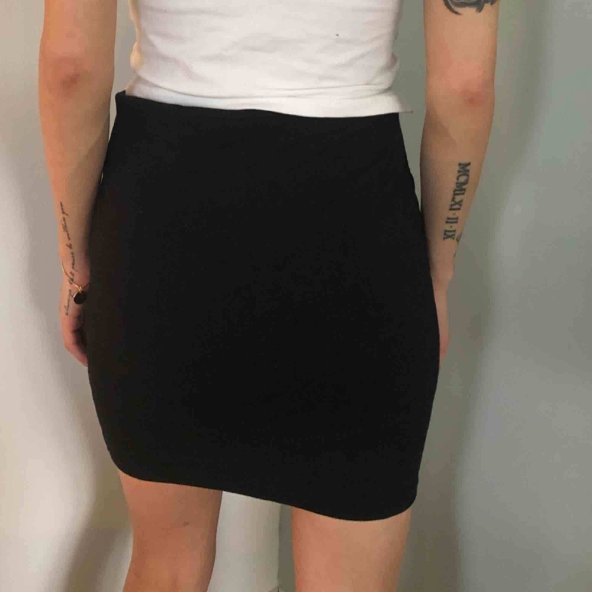Kjol från mobil mjukt svart material med rosa dragkedjor XS 50kr . Kjolar.