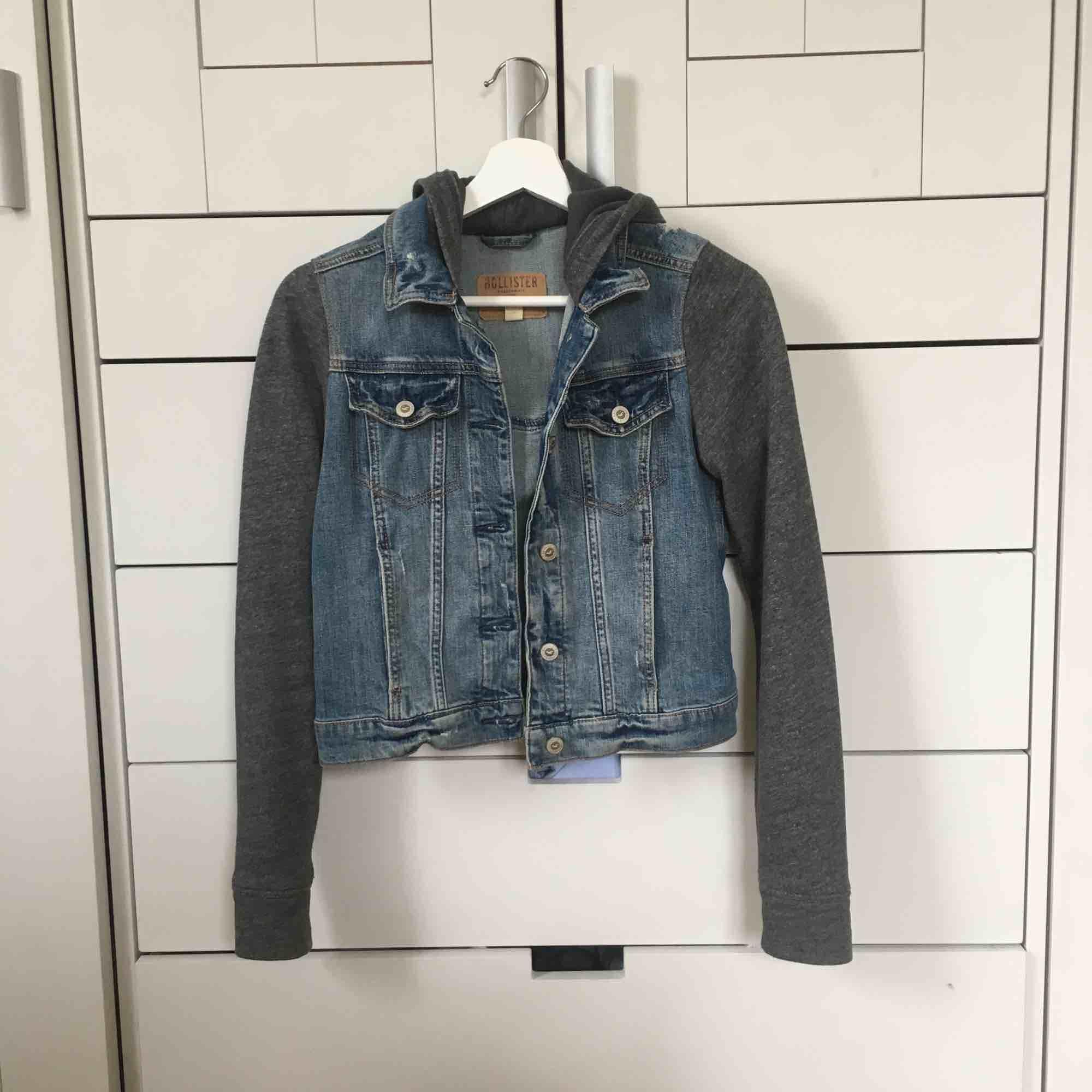En blandning mellan jeansjacka och hoodie, väldigt bekväm!. Jackor.
