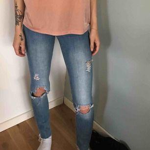 """Blåa jeans slitna """"super low Waist 24/30 100kr från h&m"""