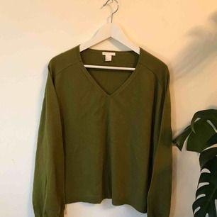 Stickad tröja i Khaki Grön från H&M, aldrig använd så helt ny. Går att hämta på Södermalm annars tillkommer frakt på 50 kr.