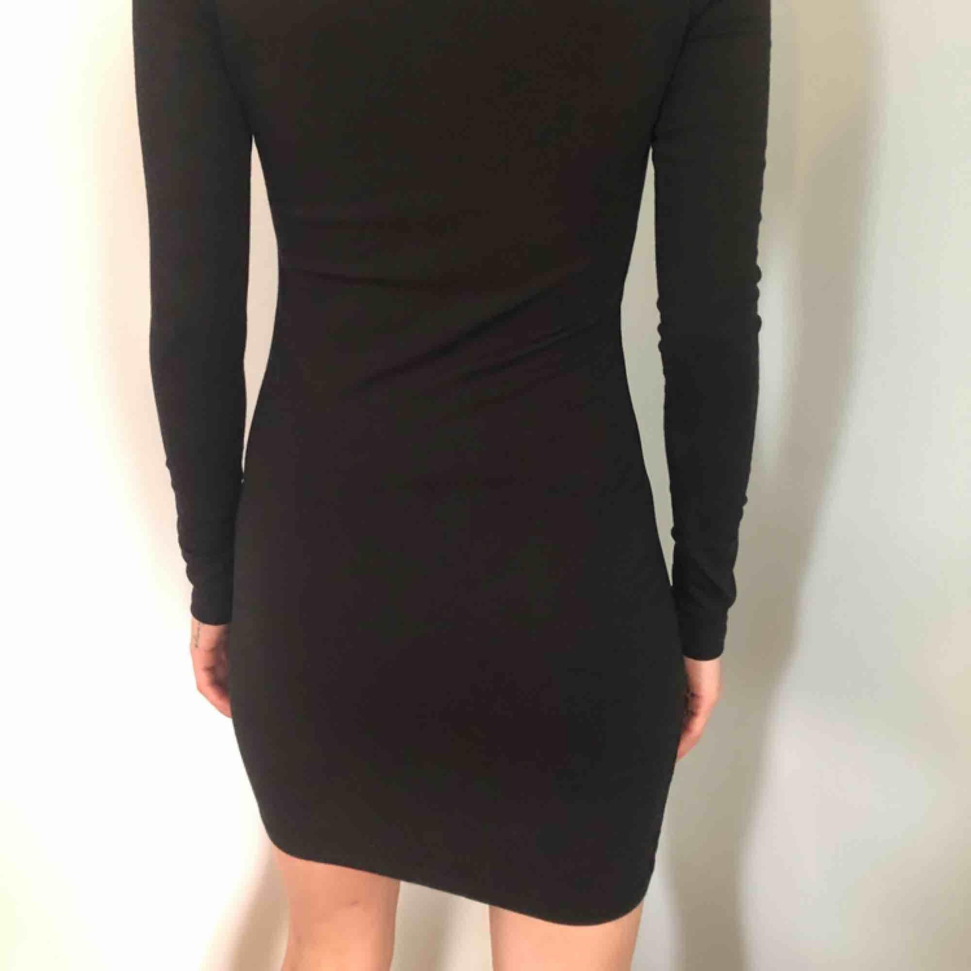 Svart tight klänning från VILA 80kr. Klänningar.