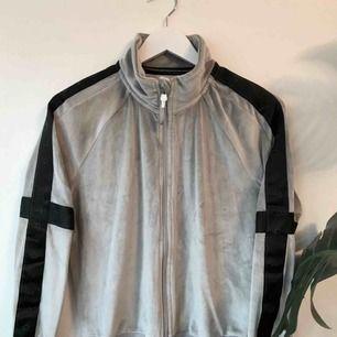 Grå zip tröja från H&M Sport, super mysigt velour tyg. Använd ungefär en gång. Går att hämta på Södermalm annars tillkommer frakt på 50 kr.