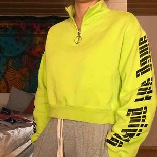 Sweatshirt i lite kortare modell som sitter jätte skönt! Normal passform och neon i färgen. Frakt ingår i priset 😊