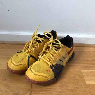 Gula Adidas Sneakers i storlek 38 Se bilder för skick Går att hämta på Södermalm annars tillkommer frakt på 50 kr.