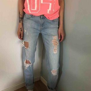 Slitna ljusa jeans. Storlek 29 på bilden används de som oversize för en med storlek 24. Från Cubus